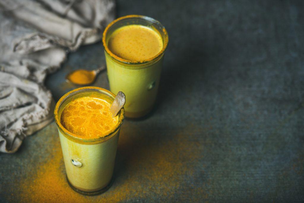 Leite dourado: quais são seus benefícios e como preparar a bebida